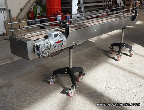 Straight conveyor with a plastic belt for packaged products